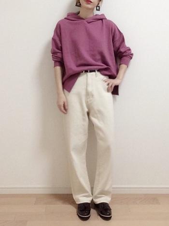 発色のきれいな紫パーカーは、ホワイトパンツと合わせることでよりカラーが引き立ちます。フロント部分をタックインすると脚長効果が期待できます。
