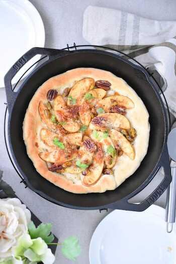 チーズ、リンゴ、シナモンとメープルシロップと相性の良い食材を集めたピザ。海外では定番だそうです。デザートとしてはもちろん、酸味、塩味、甘味のバランスが良いのでワインのお供にも◎