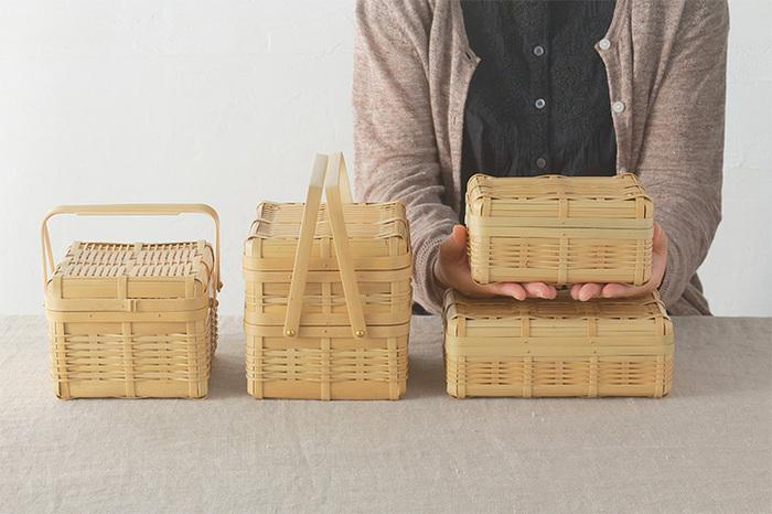 竹素材のナチュラルな質感のお弁当箱。ワックスペーパーやカップを使えば、いろいろなおかずを詰められます。持ち手付きのバスケットタイプなら、ピクニックにもぴったり♪サンドイッチやおにぎりだけでも十分素敵な見た目に仕上がるのが竹素材のいいところ。