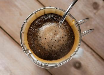 お湯が落ちきる前に、3投目、4投目のお湯を入れていきます。コーヒーの量が目盛りまできたら、ドリッパーにお湯が残っている状態でもドリッパーを外しましょう。お気に入りのカップに入れて出来上がりです。