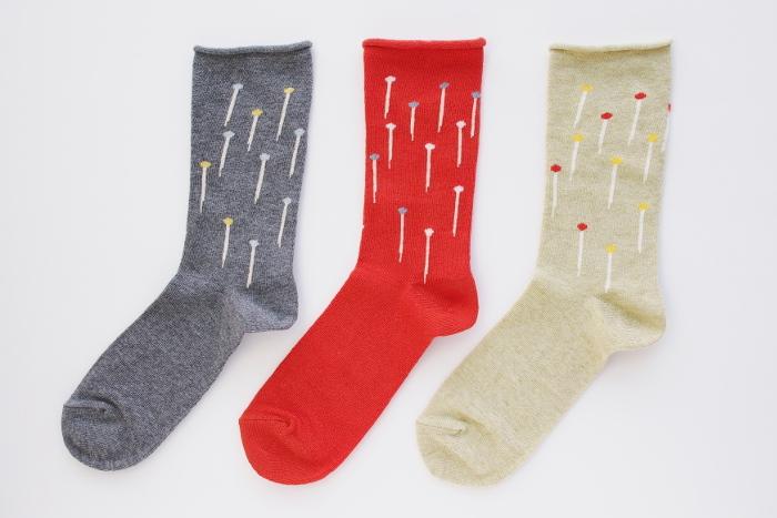 まち針がランダムに描かれたキュートなソックス。新潟の工房にて、昔ながらの製法で通常の3倍もの時間をかけながらゆっくりと糸にストレスをかけずに編んでいるから、ふんわりとガーゼのようにやわらかい靴下です。