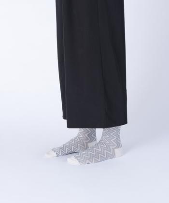 シンプルで可愛いジグザグフロートソックス。足元をスタイリッシュかつおしゃれに演出してくれます。
