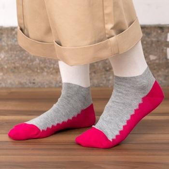 異なる色の配色が斬新で個性的なソックス。ラクな履き心地でおしゃれに見えるので、日常で大活躍しそうですね。