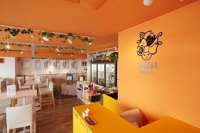 こちらは渋谷駅ハチ公口から徒歩約2分の場所にある『SHUGAR MARKET 渋谷店 (シュガーマーケット)』です。元気なオレンジ色が明るい雰囲気のする店内です。