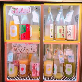 こちらのお店では、なんと3000円(税抜)で時間無制限の飲み放題ができるんです。梅酒・果実酒など、その数なんと100種類以上!美味しそうな瓶が冷蔵庫の中に並んでいて、どれを飲むか迷っちゃいますね♪