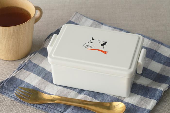 蓋に保冷剤が入っていて、約15度に保てるお弁当箱です。夏でも食中毒のリスクを下げられます。容量は400mlで、お子さんのお弁当やおかずだけ入れるのにちょうど良い大きさ。蓋に描かれたプシプシーナ珈琲のマスコットキャラ「ねこ部長」が可愛いですね!本体は食洗機、電子レンジOKです。