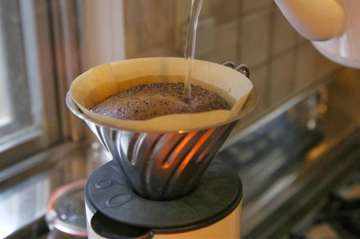 お店でコーヒーを購入するときは、粉の状態に挽いてもらうのがお手軽ですが、もう少し本格的な味わいや香りを楽しむのであれば、豆の状態のまま購入し、コーヒーを淹れる直前にコーヒーミルで挽くのがおすすめです。