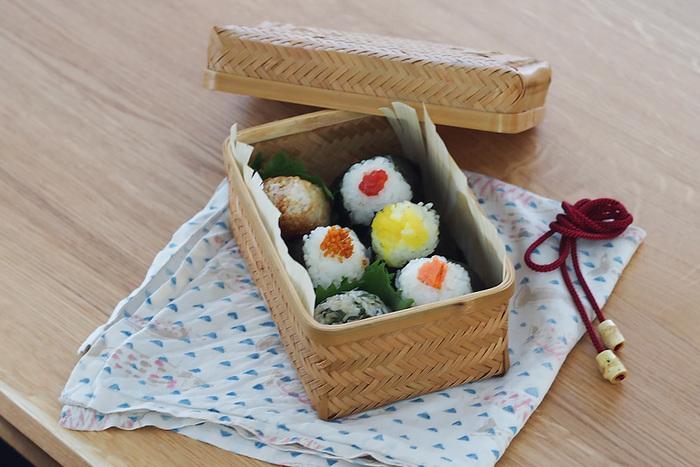 物語に出てきそうな竹のお弁当箱。竹を蒸し焼きにした「すす竹」を、交互に編み込んだ丁寧な手仕事で美しく丈夫に作られています。ごはんやおかずを詰める時は、底にワックスペーパーなどを敷くとお手入れが楽になります。8cmと高さがあるので、おむすびもすっぽり♪