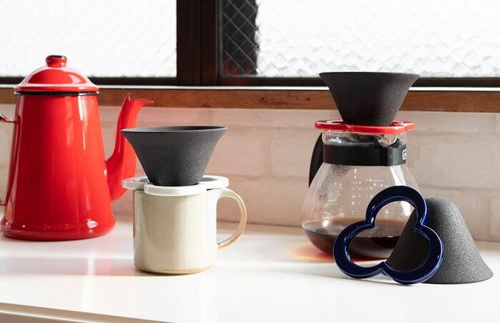 あまり見かけないデザインが個性的かつ独創的なセラミック製のコーヒーフィルターです。無数にあいたミクロの穴が不純物を濾過して取り除いてくれるとか!セラミックを通したお水もおいしくなることから、おのずと美味しいコーヒーが出来上がる不思議なコーヒーフィルター。一度使ってその味を確かめてみたくなりますね。