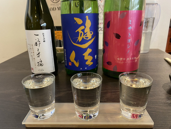 お店には、全国から集められた約150種類以上の日本酒が置かれています。どれを頼んだらいいかわからない場合は、飲み比べできるセットがおすすめ♪スタッフに相談しながら、好みの日本酒を見つけてみましょう。