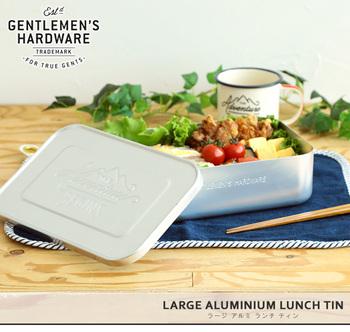 表面のロゴがおしゃれなお弁当箱。幅が約23cmと大きめなので、ボリュームのあるお弁当ができます。キャンプなどアウトドアにぴったり!