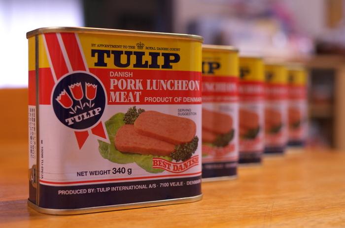 沖縄では「豚肉」を料理に、とても上手に取り入れていることが特徴的。  例えばラフテーは、豚バラ肉を煮込んでいて、代表的な豚肉料理の一つです。ソーキそばなども、豚で出汁をとっていますよね。  そんな豚肉を手軽にいただけるのがこちらの「ポーク」。ランチョンミートとも言われます。薄く切って焼いておにぎりにしたり、ゴーヤちゃんぷるを作ったり。スーパーで手に入れやすく、缶詰なので保存長く効きます。あると便利な一品です。