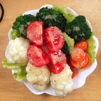 カリフラワーには、体をキレイにしてくれる魅力がいっぱい。野菜の中でもビタミンCとビタミンB群が豊富なカリフラワー。ビタミンCは肌をキレイにする効果が、ビタミンB群は糖質・脂質をエネルギーに変える効果が期待できます。ほかにもカルシウムや食物繊維などが含まれていて、ダイエッターの強い味方なのです。