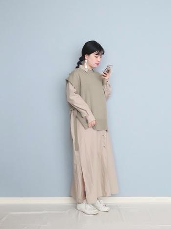 ビッグシャツワンピにニットベストを合わせた、ベージュベースコーデ。シンプルなワンピースもアレンジができるサイドスリットベストを上から羽織ることで雰囲気も変わり、色も加わってコーデの幅も広がります。