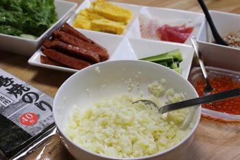 和食のごちそうと言えば、お寿司。だけどお寿司は白米がセット。ハーフサイズのお寿司もあるけど低糖質にするのは難しいですよね。カリフラワーライスでお寿司も低糖質に、さらに巻き寿司で楽しい食事タイムになりますよ。