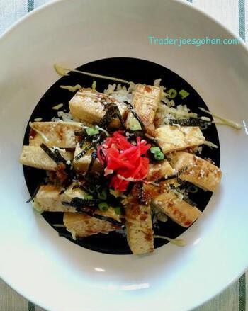 カリフラワーライスの上に、焼いて味付けした豆腐を贅沢に盛り付けた、簡単豆腐丼。ヘルシーなカリフラワーライスとヘルシーな豆腐の組み合わせで、ダイエットに弾みがつきそうです。