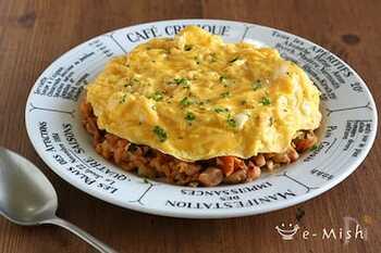 こちらのレシピは、カリフラワーライスだけでなくご飯も使ったオムライス。ふわふわ卵と濃厚ケチャップで美味しくご飯。カリフラワーライスでカロリーを抑えつつご飯も食べられるから、満足度も高そうですね。