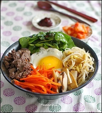 カリフラワーライスが見えないほど具材を載せて、贅沢なビビンバ丼はいかが?野菜も載せて豊富な栄養素を摂れるのが嬉しいですね。辛い料理が好みの人にもおすすめです。