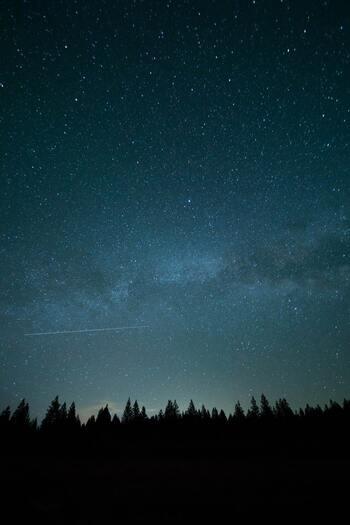 私たちのカラダや心と深く、不思議な繋がりのある「月」。「新月」とは満月と対象、地球からは真っ黒で、その姿を見ることができません。