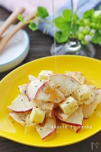 市販のチーズとリンゴチップを胡椒とメープルシロップで合えるだけの簡単レシピなのに、食感も風味も楽しめる一品です。レーズンやナッツなどでアレンジの幅も◎