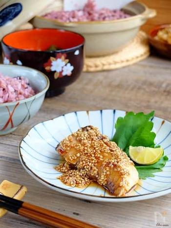 照り焼きにメープルシロップ。酒、しょうゆ、メープルシロップの合わせ調味料でつくるタレは、後味がすっきりとしているので食べやすく、ごはんが進みますよ。