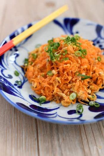 沖縄の味「にんじんシリシリ」。沖縄のお料理の味付けはシンプルなものが多いのですが、その分、鰹節などの旨味をたっぷり使います。彩りもよくお弁当にもオススメの一品です。