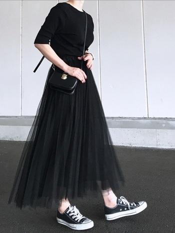 袖が長めのリブTシャツとチュールスカートにスニーカーを合わせたきれいめ黒コーデ。肌寒い春にジャケットなど羽織る際もストレスフリーな、着やせもする女性らしいシルエットで、上品に仕上がります。