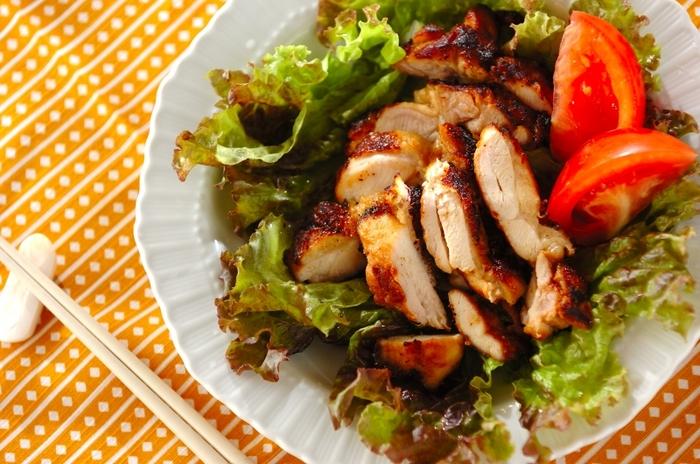 ボリューム満点のメインのおかず、鶏の照り焼きにきなこをプラス。いつものたれにきなこを加えるだけです。濃厚なきなこのコクが旨みを引き立ててくれます。