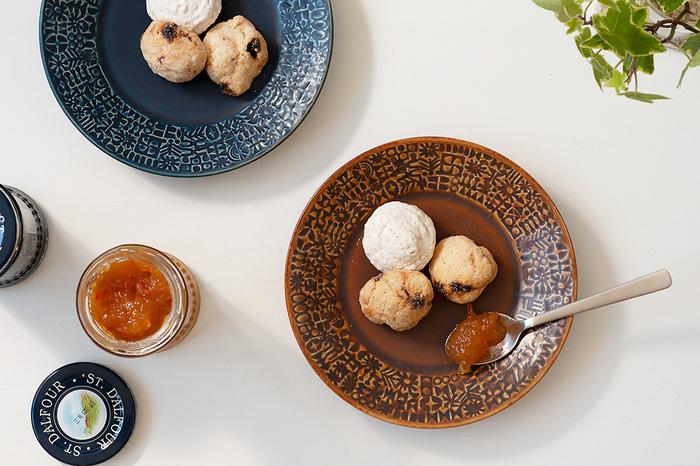 型押しで陰影を付けたお皿は、波佐見で焼かれた日本製。ノスタルジックでどこか洋風な香りのする器です。型押しによる濃淡が器の縁を華やかに彩ってくれます。