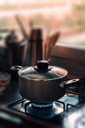 """冷蔵庫の奥底から発掘して使ったことがあるという方も少なくないはず。なかなかメープルシロップのカビは見たことないと思いますが、液体に沈殿物や白っぽいものが浮かんでいたり、ムラがあるように見えたらそれが""""カビ""""です。  カビの取り方は《加熱殺菌》 1)スプーンやお玉でカビをきれいに取り除く 2)お鍋でふつふつ煮るだけ ※よくかき混ぜながら煮て、泡立つようになってきたら火からおろしてOKのサインです。"""