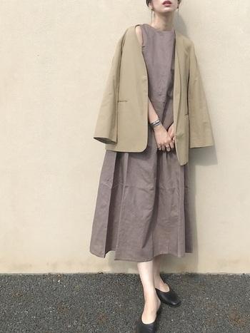 カチッとした中にも女性らしさを感じる、ノーカラージャケットを羽織れば、ワンランク上のパーティスタイルに。ワンピースとジャケットのくすみカラーの組み合わせが、大人っぽく上品な雰囲気に導きます。