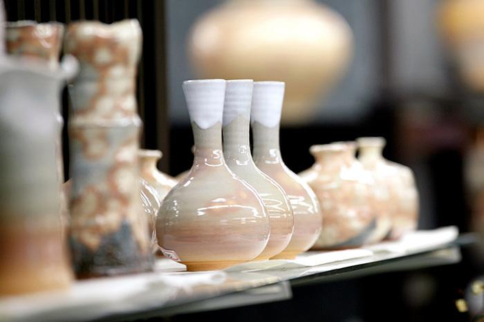 はじめに、釉薬について前知識を。  釉薬とは、陶磁器の表面に付着させるガラスの被膜のこと。うわぐすりとも呼ばれます。ほとんどの陶磁器は釉薬をかけて、仕上げられているんですよ。  この釉薬をかける作業は、下記のとおり、主に本焼成の前に行われます。