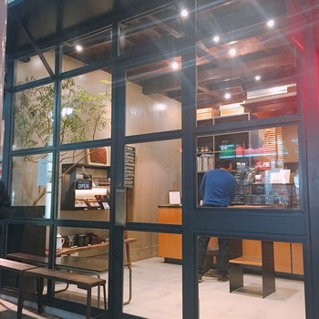 茶沢通り沿いにある「Obscura Laboratory(オブスキュラ ラボラトリー)」は、ガラス張りのスタイリッシュな外観で目を引くコーヒースタンドです。