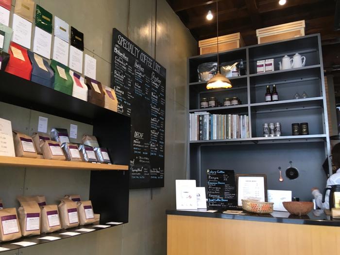 最新マシンで抽出されたエスプレッソをはじめ、豆の種類ごとに焙煎にこだわったコーヒーをスタンディングまたはテイクアウトにて気軽に楽しむことができます。店内では焙煎したばかりの新鮮なコーヒー豆も販売していますよ。
