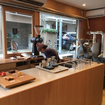 古民家を利用して作られたお店はとてもシンプル。店内にはコーヒーの良い香りが漂います。豆の購入もできますよ!