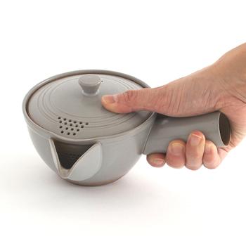 持ち手が太目で、持ったとき手にしっくりくるデザイン。本体と蓋がきちんと合うようにひとつひとつ削って調節しているから密閉性が高く、蒸らしも早いのでお茶の抽出性を高めます。