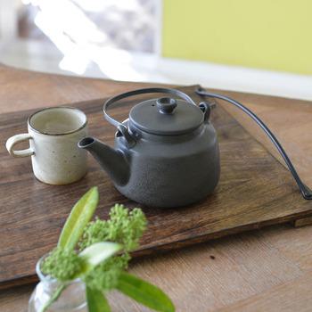 紅茶の生産量が多い国から名づけられた陶器の急須「スリランカ」。取り外し可能な鉄製のシャープな取っ手と、どっしりとした形状がユニークです。
