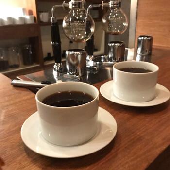 豆は最高品質である「スペシャルティコーヒー」のみを使用。焙煎もその豆の特徴を引き出せるように種類によって最適な方法を選び、抽出はサイフォン式で丁寧に行います。