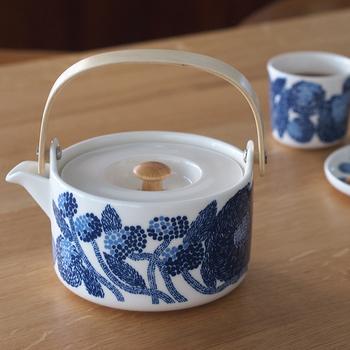 日本でも大人気の北欧ブランド「マリメッコ」のティーポット。白地にブルーで描かれた草花が清楚でステキですね。
