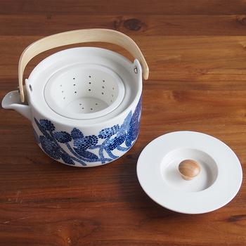 木のハンドルが北欧らしさを感じさせるポットはテーブルに置いてあるだけでも絵になる存在。日本茶、紅茶、ハーブティーなど、どんな茶葉でも美味しいお茶を淹れることができ、茶こし付なので気軽にティータイムを楽しめます。