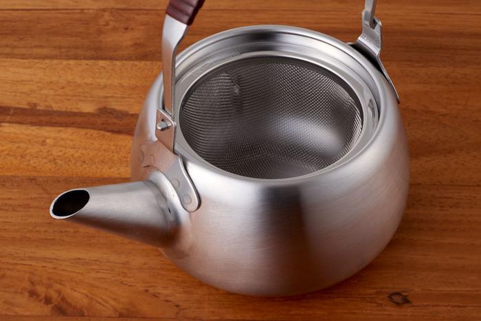 控えめに鈍く輝く艶消し加工のステンレスはスタイリッシュな印象。メッシュの茶こし付で、シュッと伸びた注ぎ口は湯切れがよく、最後の一滴まで気持ちよく注ぐことができます。