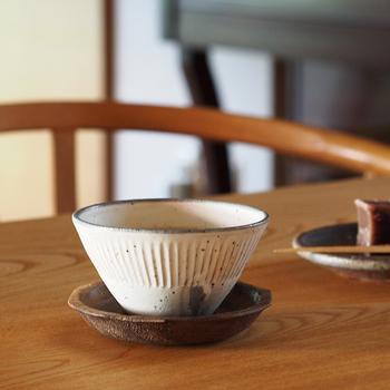 兵庫県の焼き物・丹波焼で作られた器は、素朴さを残しつつ他にはない独特の佇まいが魅力。こちらは「器を逆さに置くと富士山の形になる」というユニークな逆さ富士シリーズ。