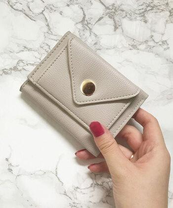 片手にぽん、と乗るサイズのコンパクトなお財布。小銭入れやカード収納、お札収納も全て別々に設けられているので使い勝手もばっちりです。