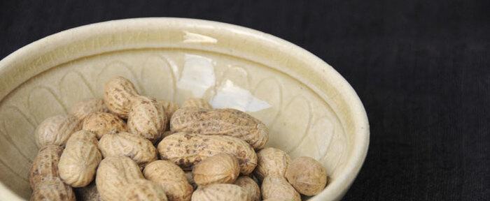 若干茶色を帯びた黄色味を持つ釉薬である、黄瀬戸釉(きせとゆう)。愛知の瀬戸や、岐阜の美濃で焼かれた、淡黄色の陶器です。