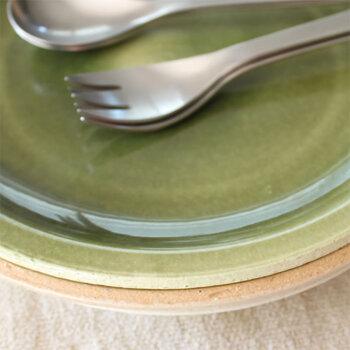 長石と草木灰という灰釉をベースに、銅をアレンジするとあらわれます。17世紀に美濃で量産された織部焼に銅緑釉が多く使われたことから、織部釉といわれるようになりました。
