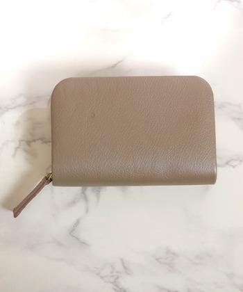 シンプルなデザインで、角が丸くソフトな印象のお財布。外側に大げさな装飾もないので、鞄の中でも場所を取りません。