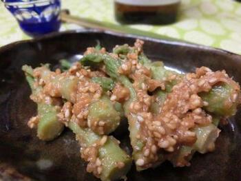 タラの芽をさっと湯がいて、味噌とごま、メープルシロップを和えるだけの簡単おつまみです。この味噌をそのままなめても、海苔にぬって食べても充分おつまみになります。日本酒、焼酎に合わせたいですね。