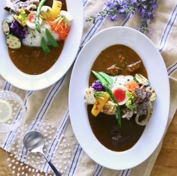 ■おもてなしご飯 【彩りカフェ風2色カレー】  なんと両端の味違いのカレーはレトルトだそう!でも、野菜の彩りが美しいと手間暇かけられた一品のようですね。時間がない!そんなときはこんなおもてなしメニューも良さそうです。彩りには、スナップエンドウが大活躍。