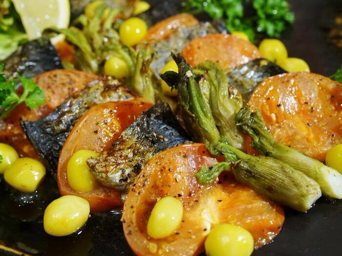 食材を器に並べてオーブントースターで焼くおつまみです。アルミホイルをしいてもOK。白身魚にしてホイル焼きにするのも合いそうですね。味付けに岩塩やクレイジーソルトを利用するのもおいしくなる秘訣でしょう。どんなお酒にも合うオールマイティなおつまみです。