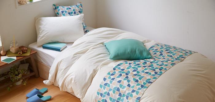 ベッドの足元に横に渡す帯状の生地が「スロー」。靴のまま横になり「足を投げ出す」動作でベッドを汚さないために使われる、欧米のライフスタイルの中で誕生したアイテムです。シンプルなベッドリネンでも、この1枚を加えるだけでホテルスタイルのおしゃれな雰囲気に。部屋の印象をガラッと変えることができるので、思い切って鮮やかな色柄を選ぶのも素敵です。